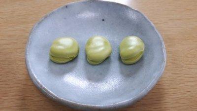 そら豆on水色のお皿.jpg
